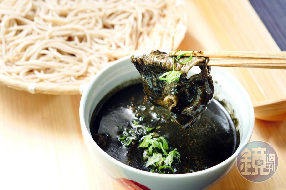 熱愛濃郁重口味可選擇加了竹炭粉的「豬肉黑咖哩盛籠」。(380元/份)