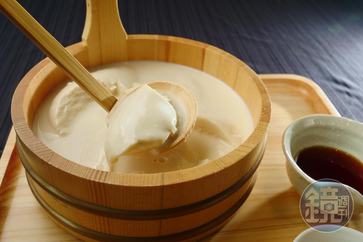 「自家製手工豆腐」以濃度較高的豆漿加入鹽滷製作, 如同甜點奶酪般口感綿密細緻。(150元/份)