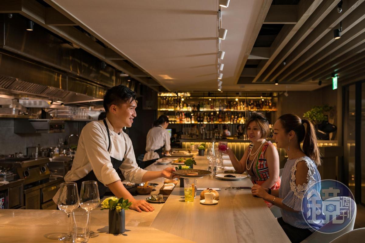 「IMPROMPTU 」延伸西餐主廚餐桌(Chef Table)概念,打造有如日料板前空間,全程關照客人用餐的感受。