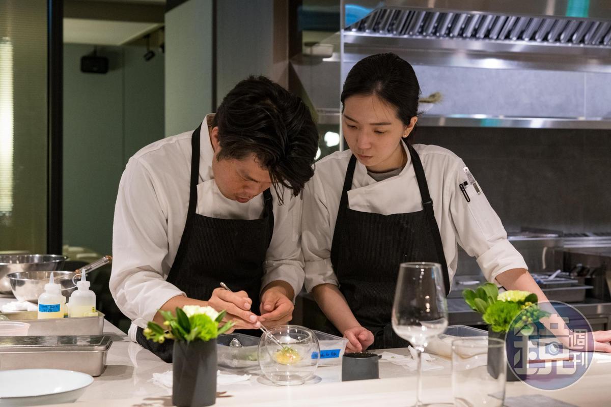在板前用餐,可以感受料理團隊的節奏感。