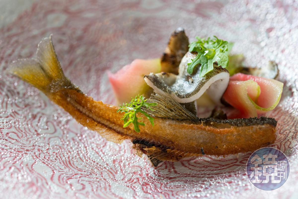 結合酥香鹹辣的「香魚 四川花椒 酸豆 紅心芭樂」,氣味及口感皆豐富。(2,200元套餐菜色)