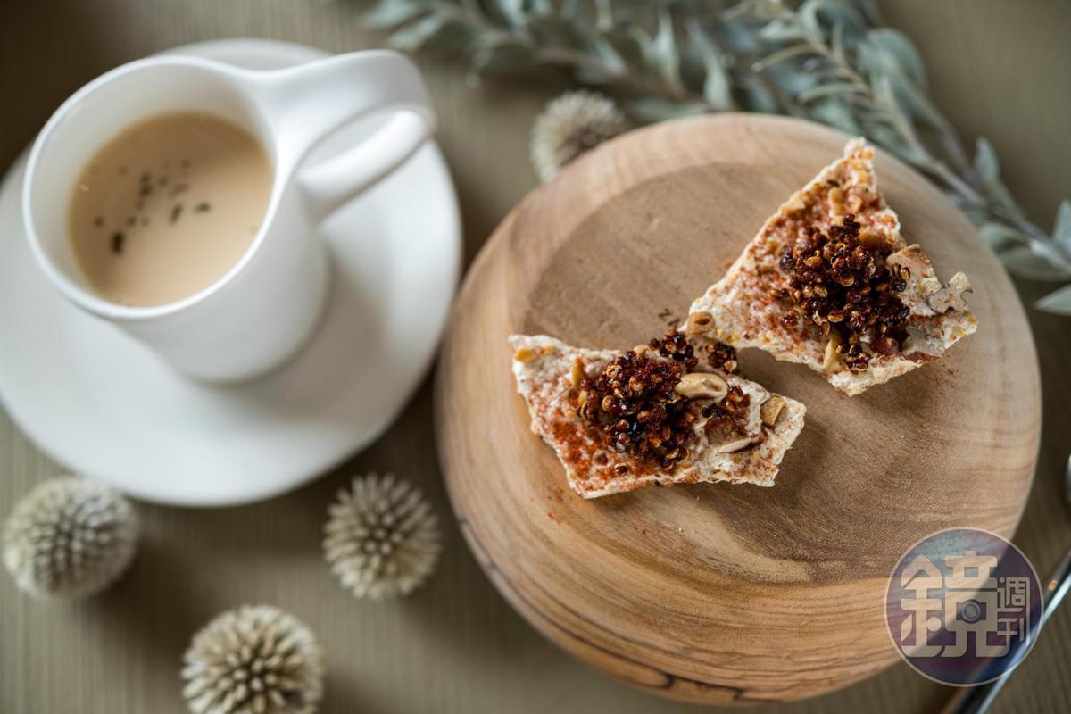 濃醇的「 大吉嶺奶茶 蛋白霜香料餅」取代常見的咖啡收尾。(2,200元套餐菜色)