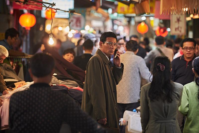 韓片《北風》敘述南韓間諜「黑金星」偽裝成商人,藉機套取北韓機密,一幕走在王府井小吃街遭到跟蹤的戲,其實是在台北華西街拍的。(威望國際提供)