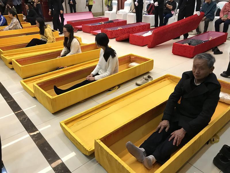 中國重慶一殯儀館舉辦的「生命體驗之旅」,讓民眾體驗自出生到死亡,思索生死的意義。(東方IC)
