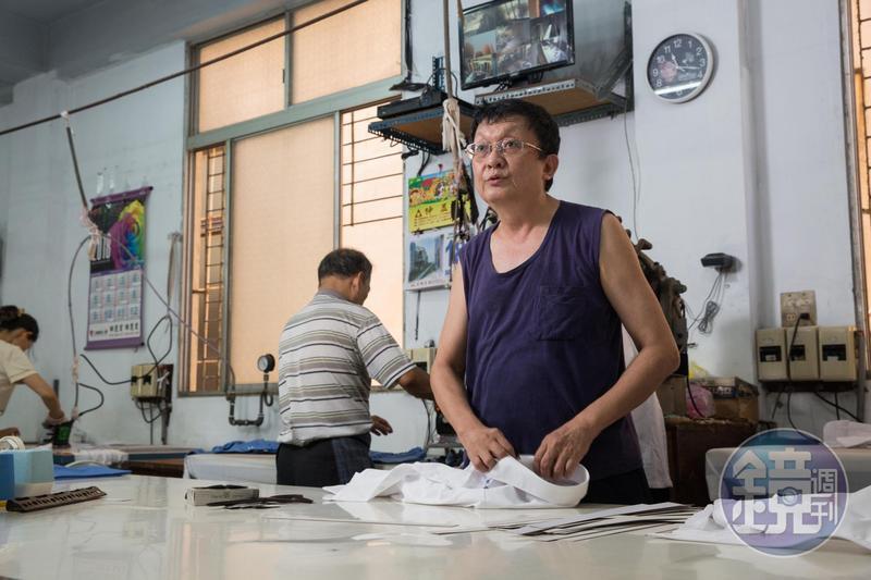 中美牌學生服第二代陳川山(右1)迄今仍承襲父執輩異姓合作的模式經營。