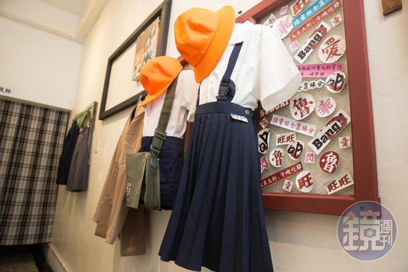 1968年,台灣推行首次教革,公立學校的男學生以卡其服、褲為主,女學生多是白上衣搭藍色或黑色百褶裙。