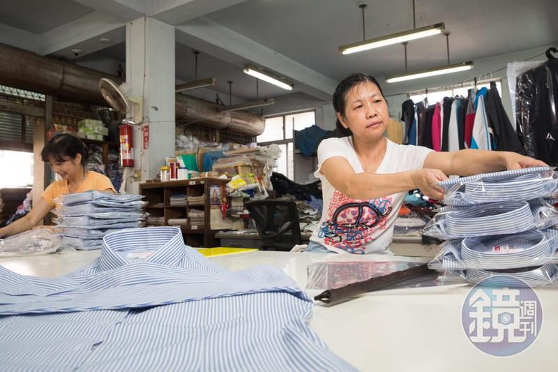擔心工廠外移影響制服品質,也怕老員工生計不保,中美牌學生服至今仍留在台灣生產。
