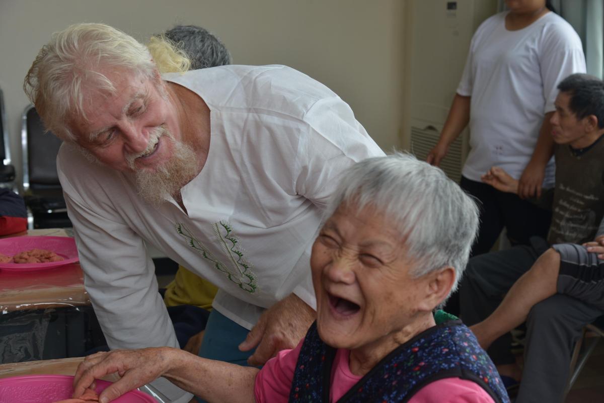 費爾也應邀至炫寬愛心教養家園,教大家畫圖。(新故鄉基金會提供)