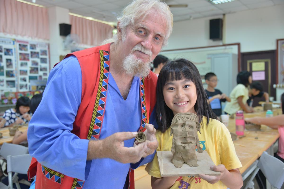 費爾和日月潭德化國小學生一起進行陶藝創作。(新故鄉文教基金會提供)