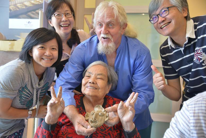 費爾在擔任桃米紙教堂駐村藝術家期間,應邀至桃米長青繪畫班,和老人們一同創作。(新故鄉文教基金會提供)