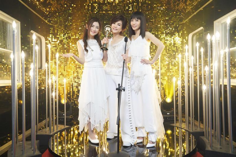 在MV中,S.H.E穿著2003年金曲獎的復刻版禮服,一圓Ella當初受傷,無法出席的遺憾。 (華研提供)