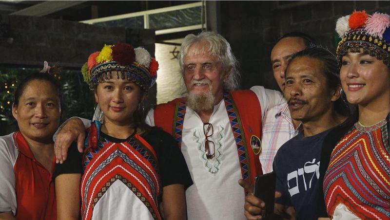 紐西蘭人費爾20年前因為來台尋找失蹤的兒子,和台灣結下不解之緣,他說,「台灣是我第二個家。」圖為他在阿里山來吉部落與鄒族友人重聚。