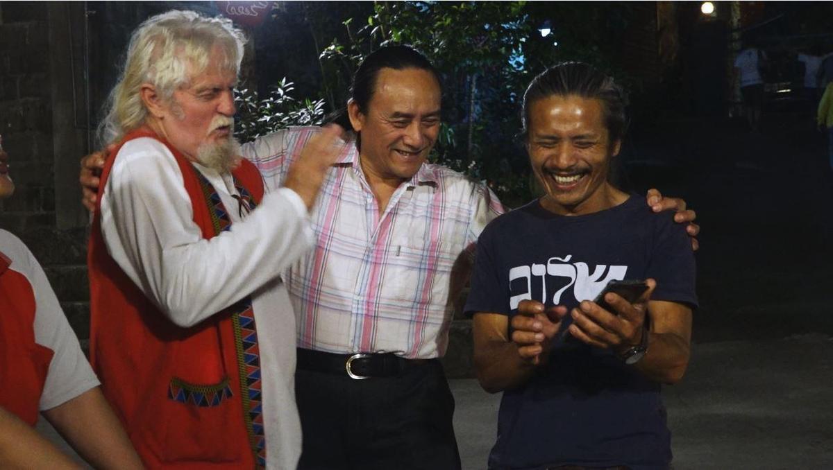 費爾和20年前協助他入山搜尋兒子魯本的鄒族人亞麥伊(右)和鄭正重,看著當年的合影。