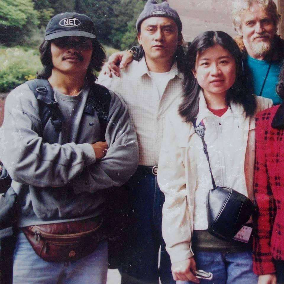 當年協助搜尋的鄒族山青亞麥伊(左)在和費爾重逢時,帶來這張20年前的留影。(亞麥伊提供)