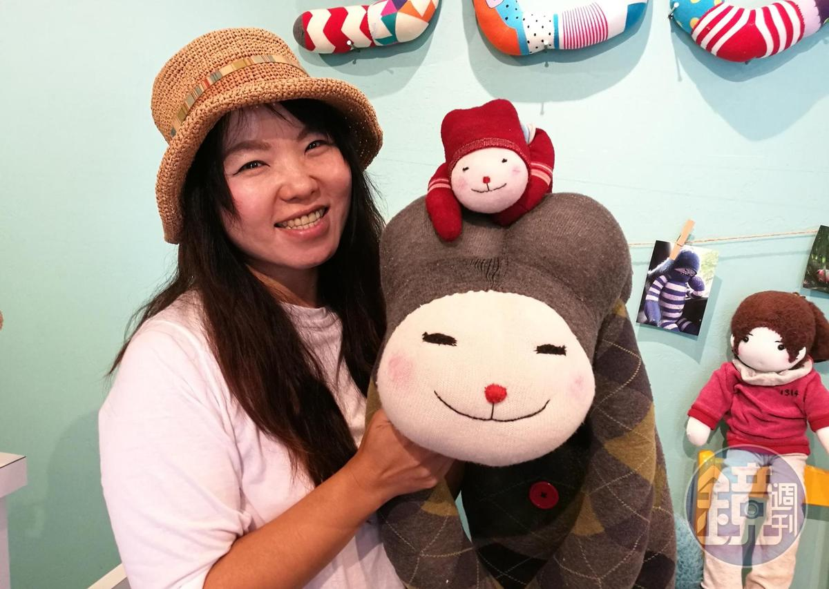 「HA SOCK」林淑芳與她的3號作品紅色「幾米娃」及放大版娃娃。