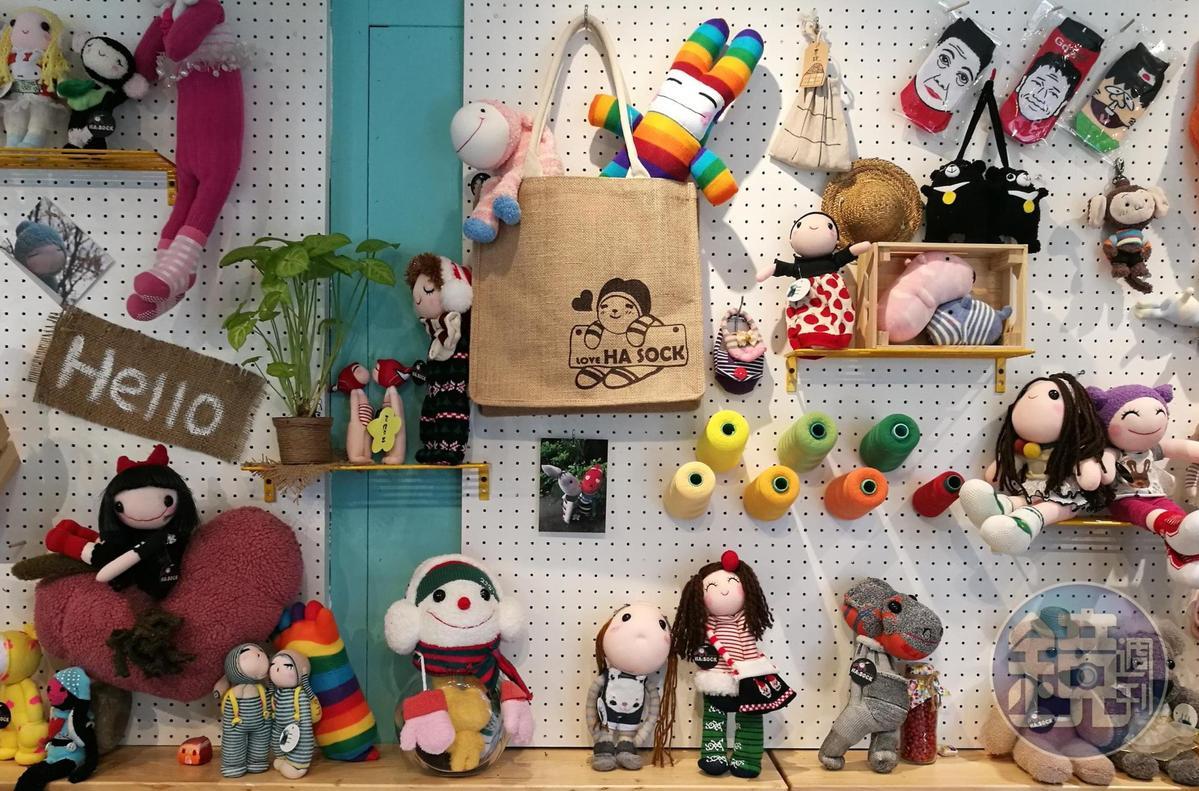 「HA SOCK」牆上掛著許多可愛的襪子娃娃。