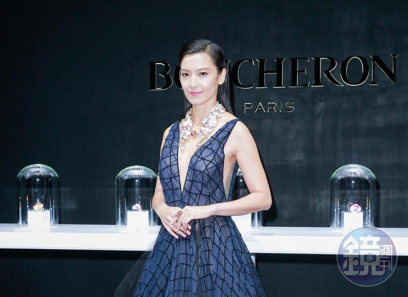 林熙蕾穿著深V、裙擺透視感的晚禮服擔任記者會嘉賓。