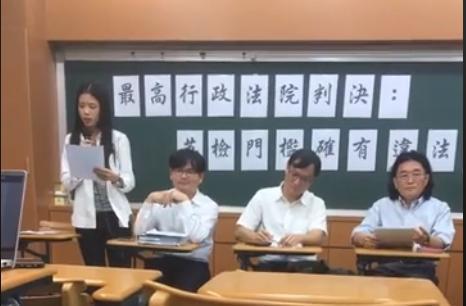 政大法律系學生賴怡伶(左一)對政大提起行政訴訟,最高行政法院判決中寫到英檢畢業門檻確實有違法之處。(翻攝自政大學聲 NCCU Voice of Students粉絲專頁)