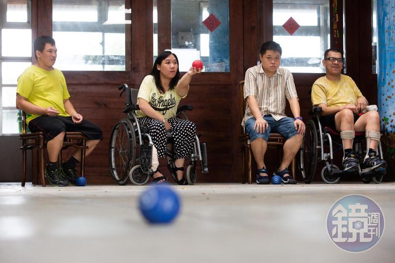 長明慧與朋友們一起聊天、練滾球。
