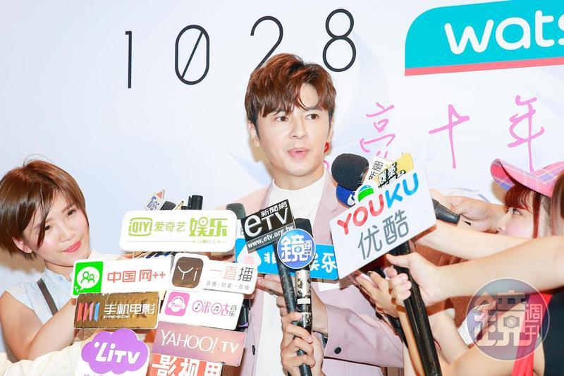 入圍金鐘獎最佳男演員的李國毅出席品牌活動,吸引不少媒體採訪  。