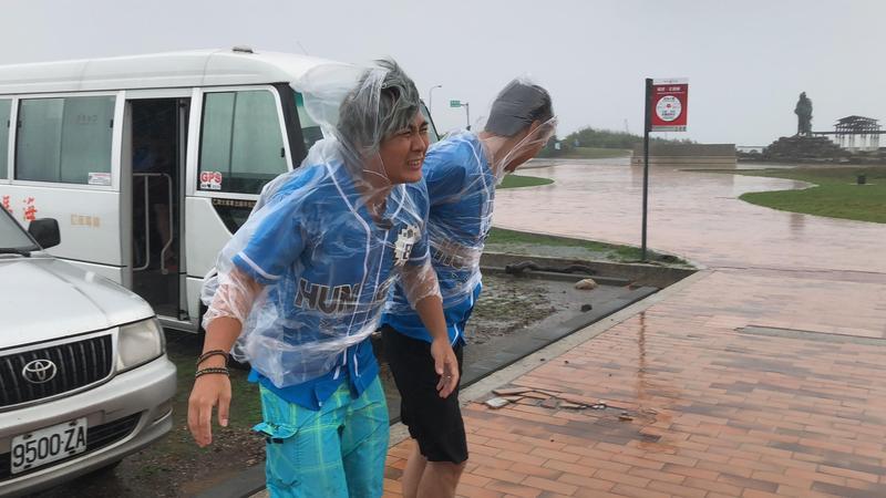 《飢餓遊戲》到澎湖出外景,竟遇上暴風雨,讓主持人跟來賓2天幾乎全身濕透。(中視提供)