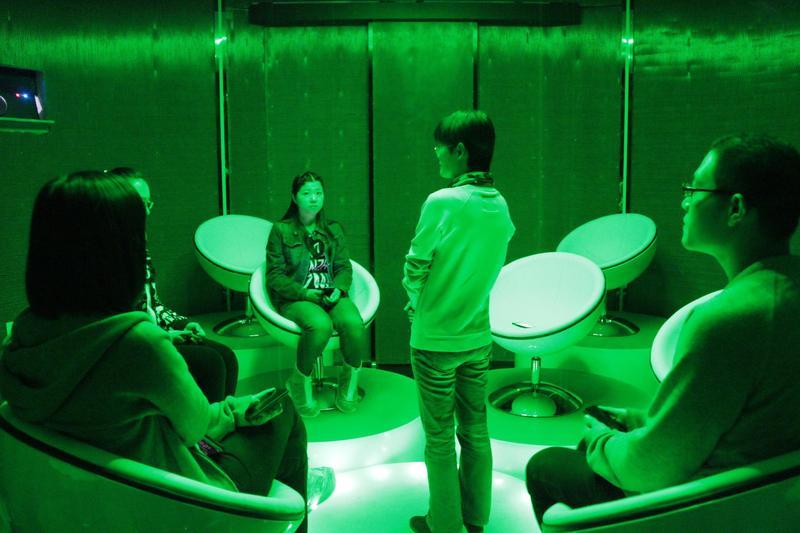 中國上海的「死亡體驗館」,參加者穿過完全無光的「無常」之門,走入亦真亦幻的「彼岸」,隨後的「歸零」空間中設有一台模擬焚化爐,以多媒體技術還原真實的焚化過程,體驗者將會在這裏獨自面對自己的死亡。(東方IC)