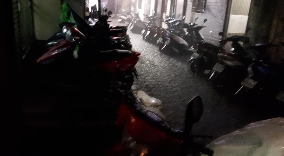 因排水遲滯機車岌岌可危。(翻攝畫面)