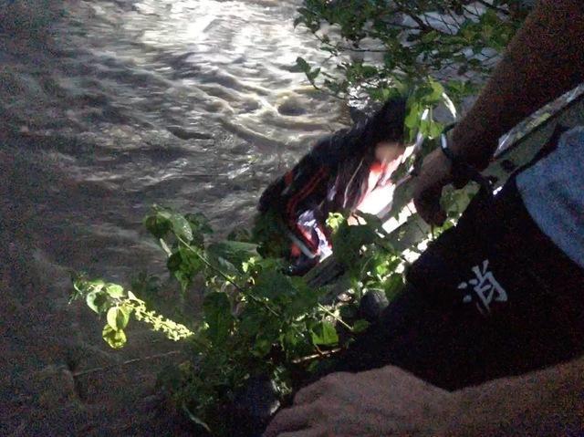 釣客被豪雨困在溪谷中,所幸警消即時救援搶救成功。(翻攝畫面)