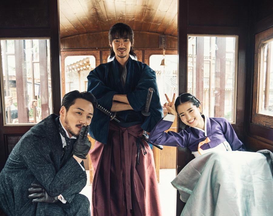 柳演錫、卞耀漢和金泰梨在《陽光先生》戲外感情融洽。(Netflix提供)