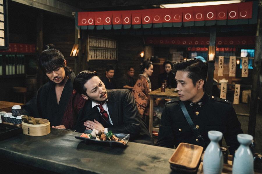 柳演錫(左起)、卞耀漢和李秉憲因為工作行程,缺席《陽光先生》殺青宴 。(Netflix提供)