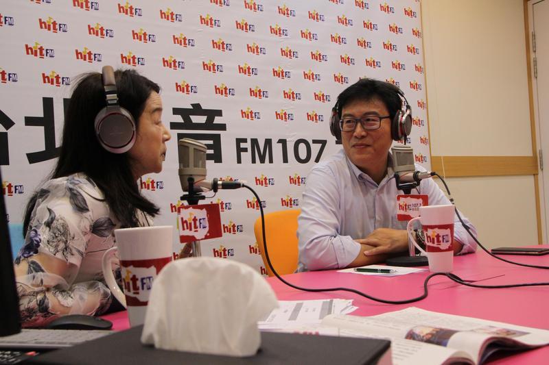 民進黨台北市長參選人姚文智(右)今接受電台主持人周玉蔻(左)專訪。(「Hit Fm《蔻蔻早餐》製作單位提供)