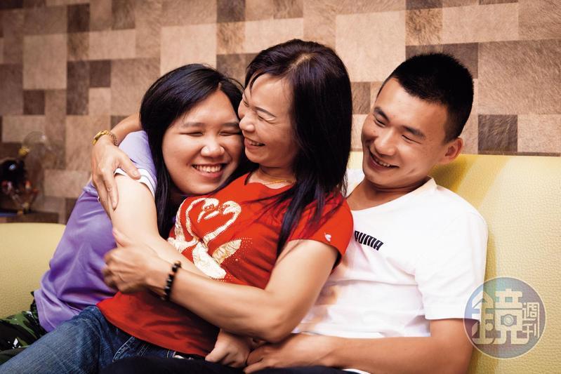廖婉茹(中)是單親媽媽,一手帶大女兒長明慧(左)、兒子長家民(右)。