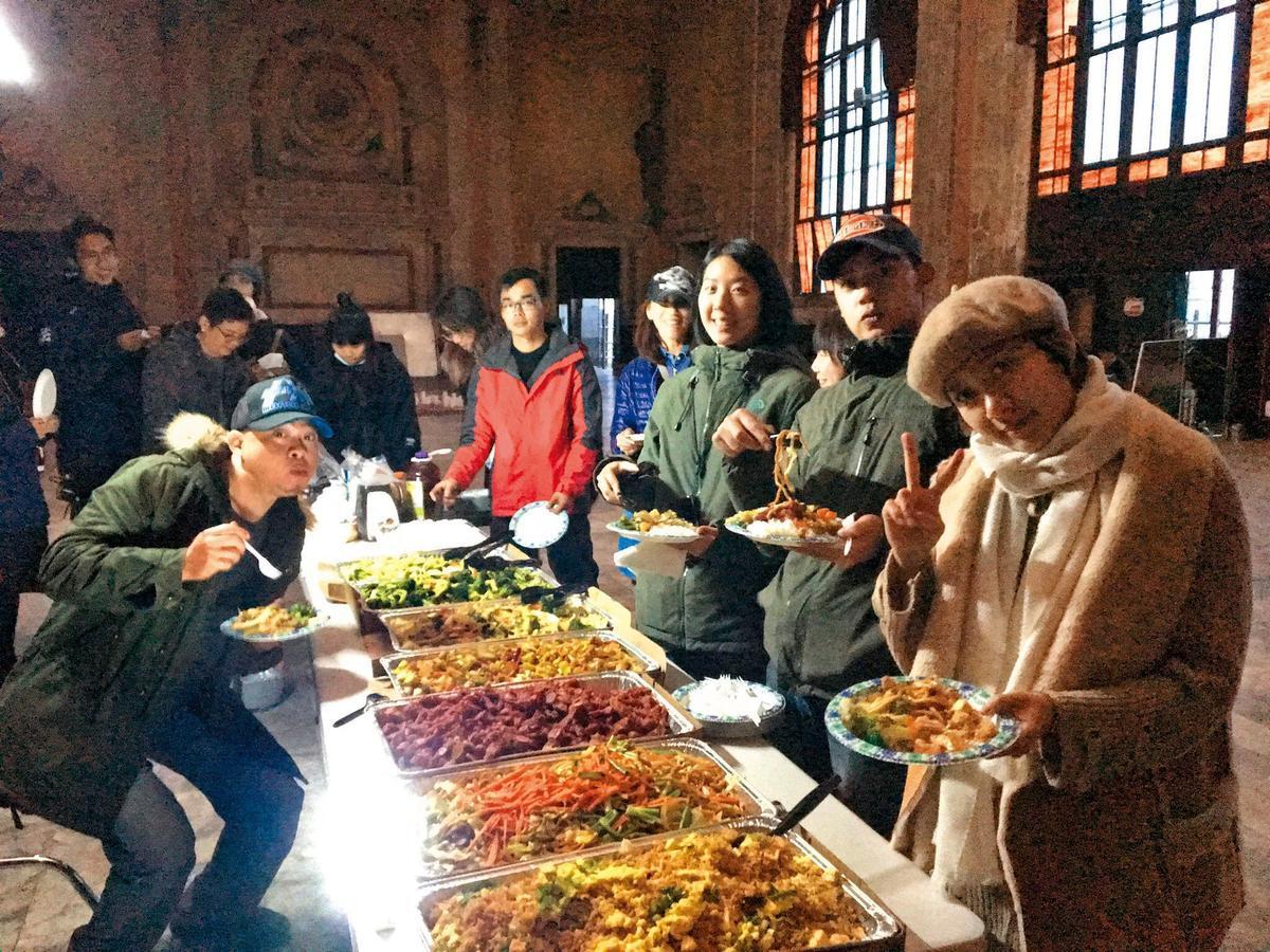 劇組每日飲食由當地製片安排,每人每日餐費40美元,種類豐富,一個多月以來菜色皆未重覆,還會依照人員喜好做搭配。(青睞提供)