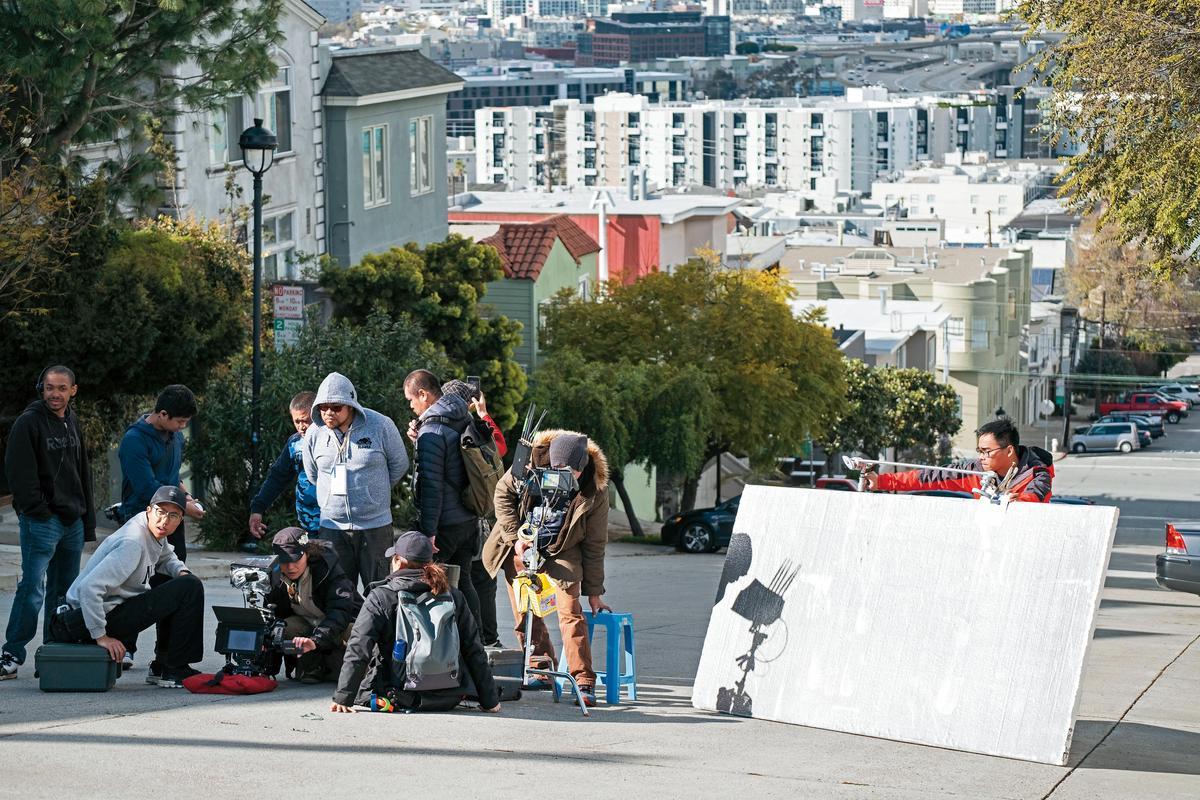 劇組赴舊金山街道取景,一行30多名台灣人員,其餘20多人採用當地人。(青睞提供)