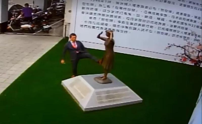 日人腳踢慰安婦銅像,引起謝龍介不滿抗議要求道歉。(翻攝自謝龍介臉書)