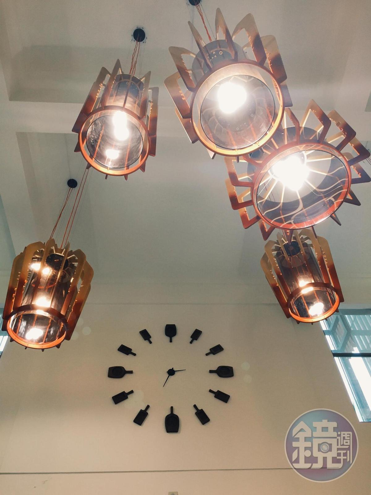 燈具外型來自解構漢餅模,牆面時鐘為漢餅模圍繞而成,漢餅文化符碼用得自然。