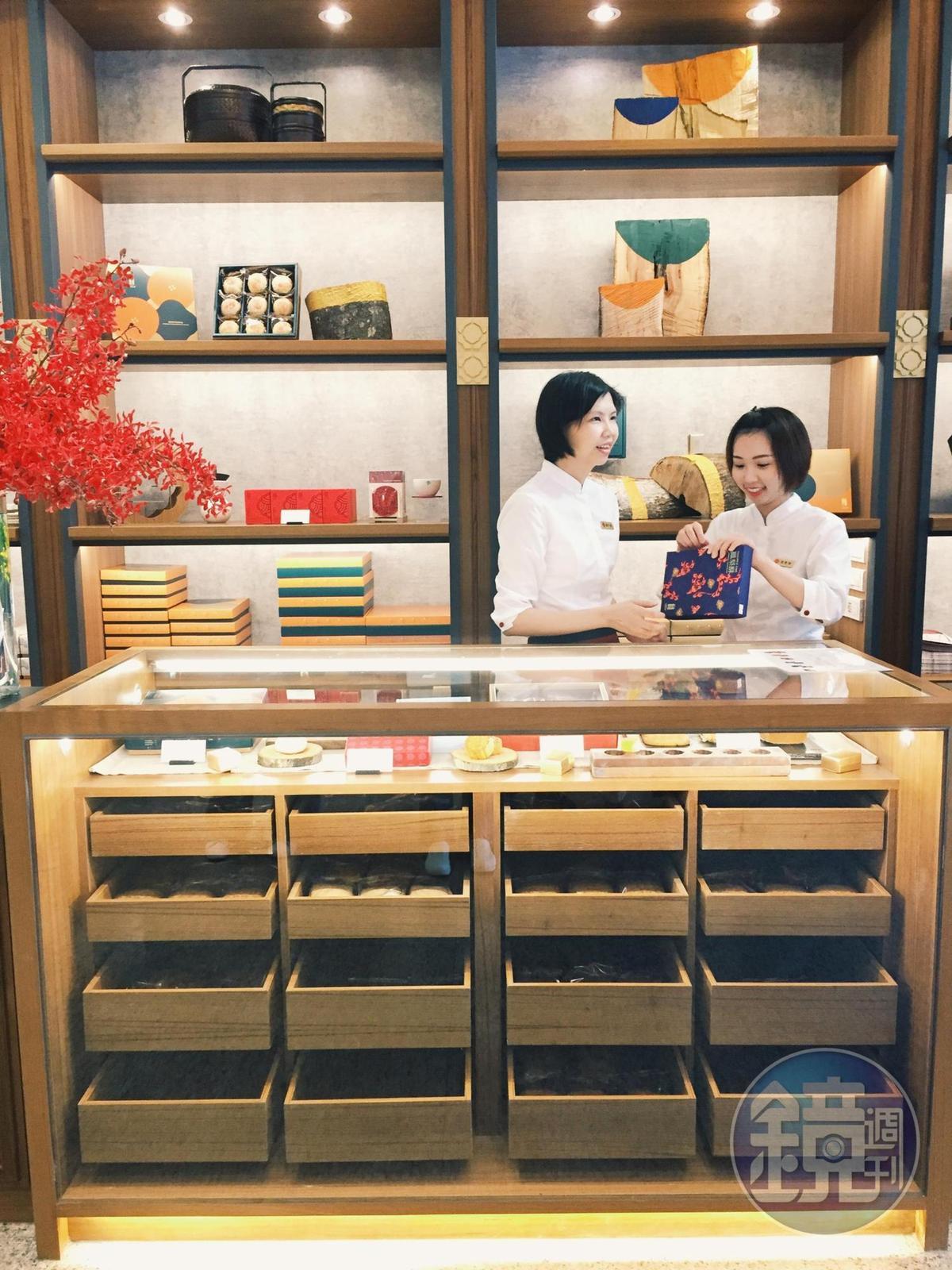 漢餅櫃設計成襯衫櫃造型,配上鮮豔包裝用色,非常時髦。