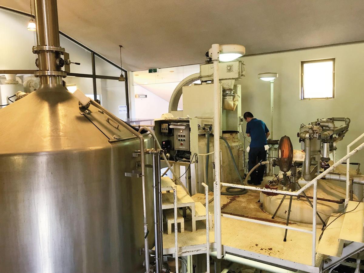 不同於一般蒸餾廠的糖化槽能同時糖化與過濾,這裡須分2槽處理。
