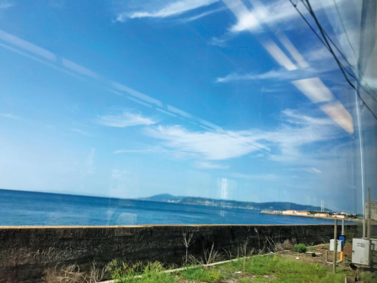 電車過了明石跨海大橋沿瀨戶內海行駛,就離酒廠不遠了,這裡曾經是日本緯度最低的威士忌廠。