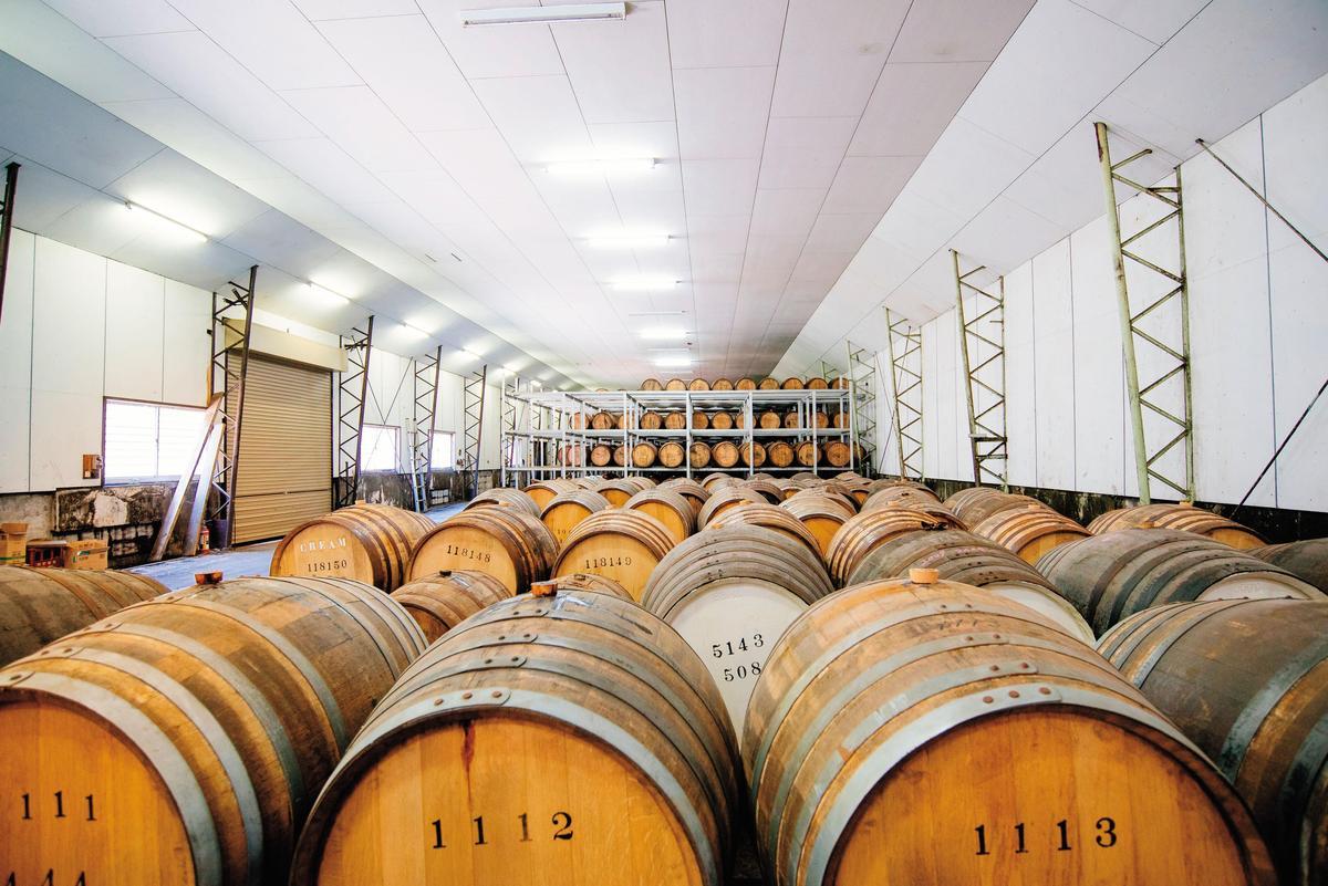 看得出酒窖還有頗大的陳放空間,裡頭沒空調,天使分享約5%。酒廠每年固定會買70個波本桶,今年雪莉桶則買了1百個。