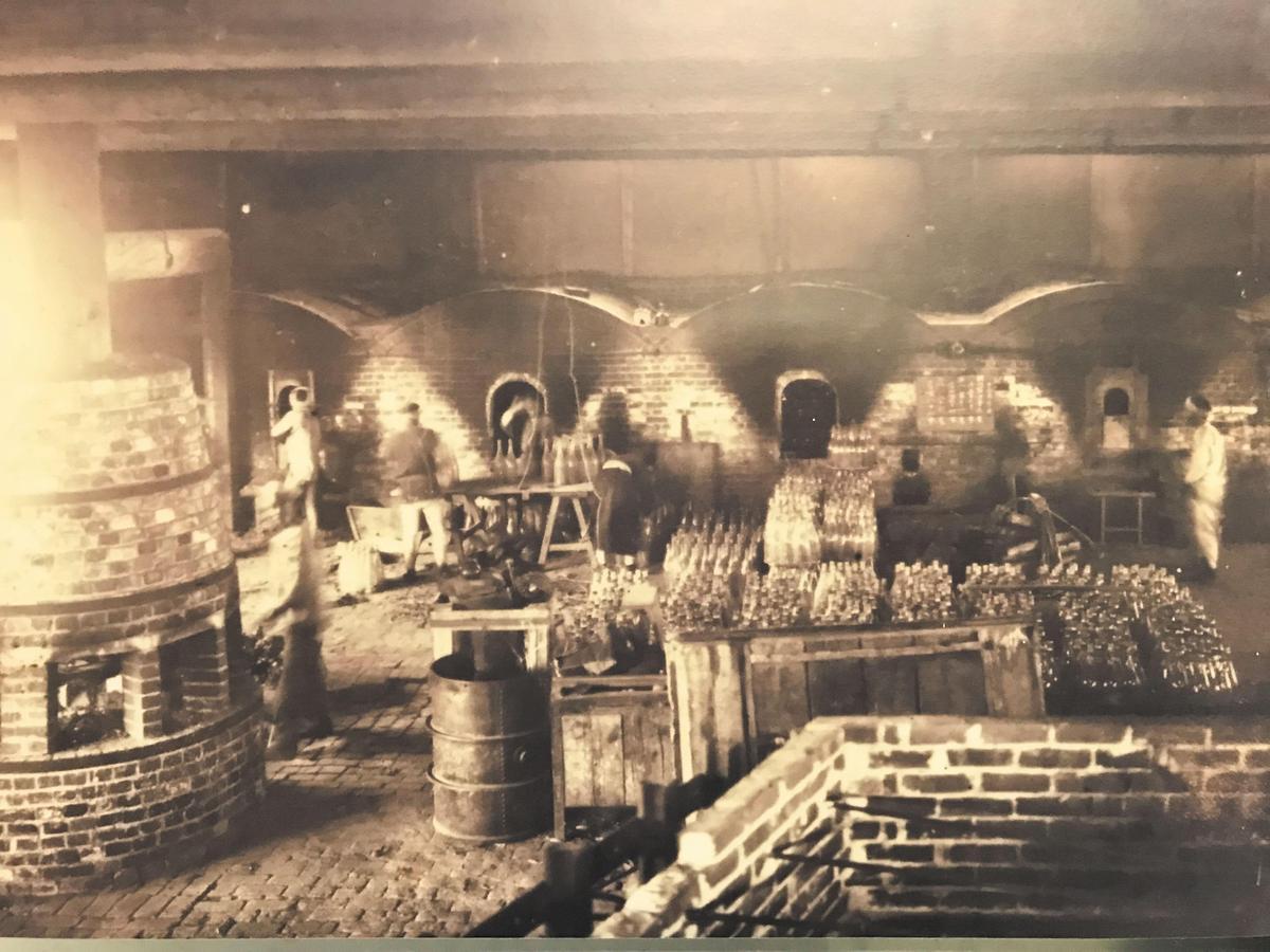 放在博物館中的老照片,顯示這裡也是全日本最早製造酒瓶的地方之一。