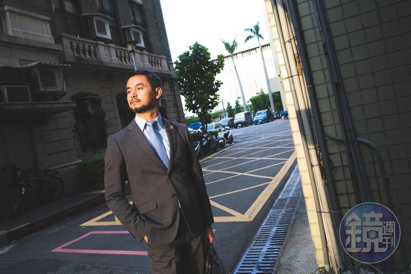 黃致豪少年時期就嚮往成為律師,認為律師的生活是有趣的,他五專畢業後也幾次考上法律系,但父親始終反對。