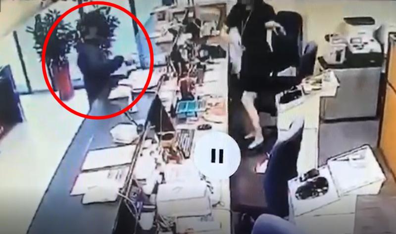 行員按下警鈴後,沈男還沒得手半毛錢就持刀離去。(翻攝畫面)