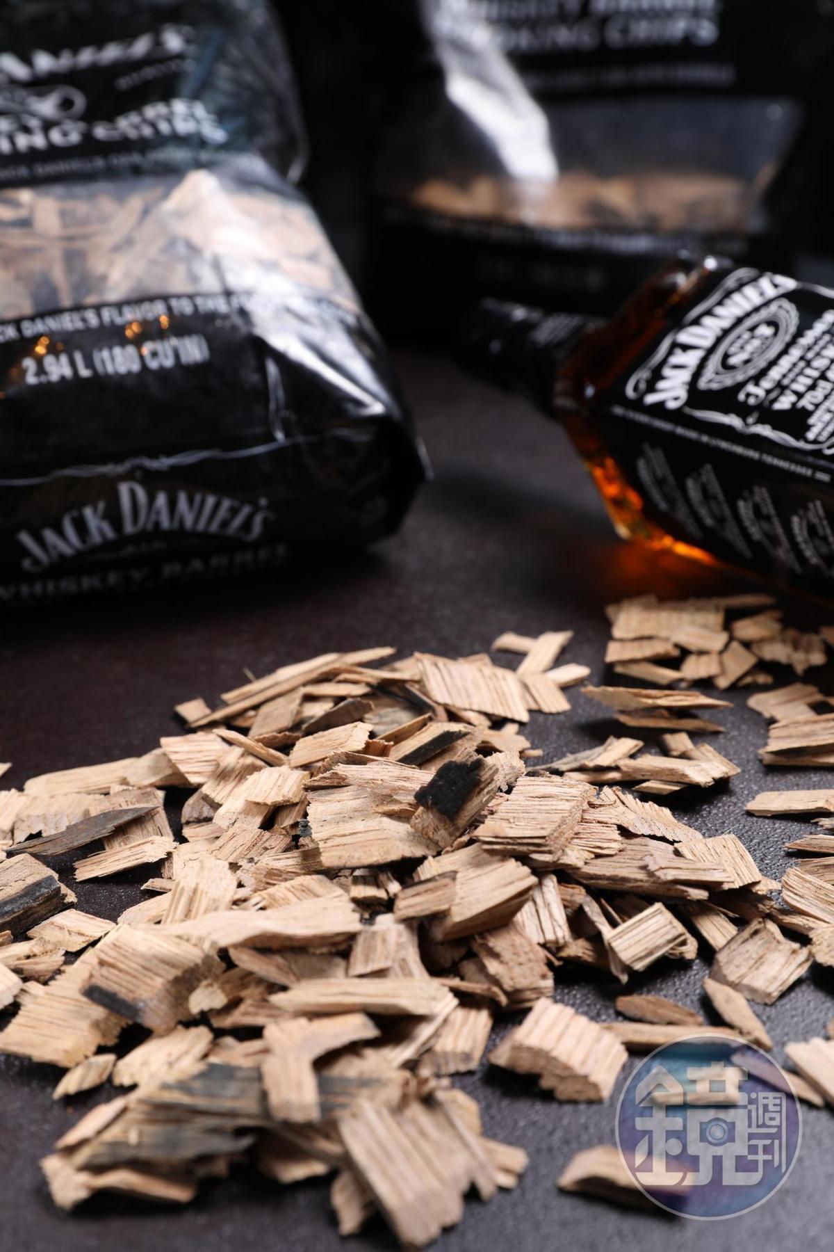 傑克丹尼橡木桶木塊為燒烤大大加分。