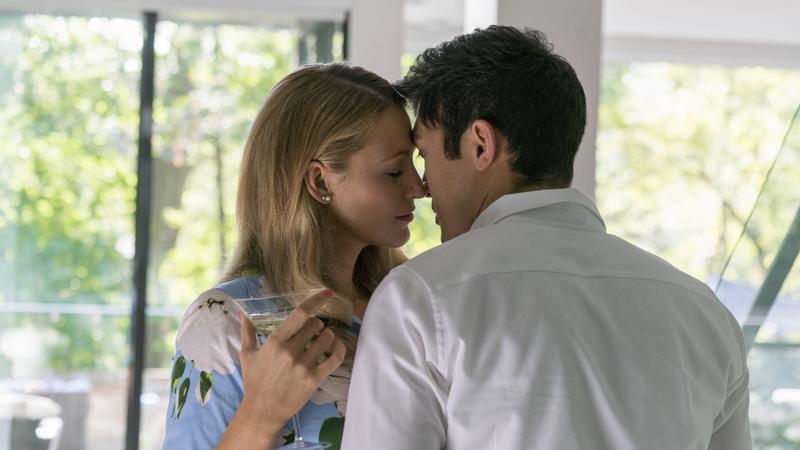 布蕾克萊芙莉與飾演她老公的新天菜男星亨利高汀在《失蹤網紅》裡激情不斷,甚至上演「高空嘿咻」的戲碼。(CatchPlay提供)