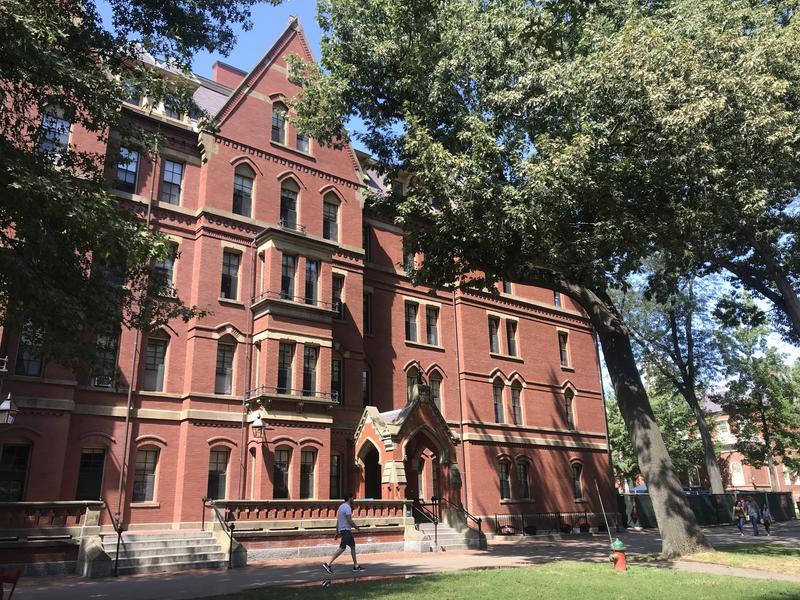哈佛大學從2002年開始推行「外包同薪」政策。(東方IC)