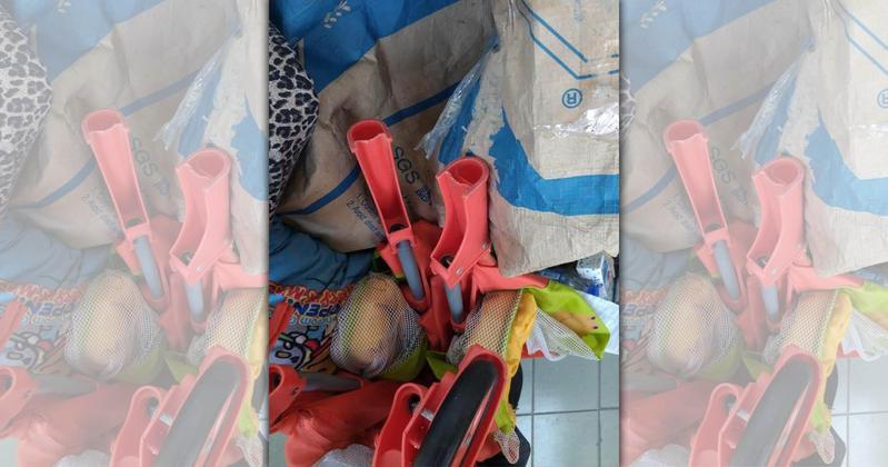 女童下體流血,男童父親認為是玩具屋支架害他受傷。(翻攝畫面)