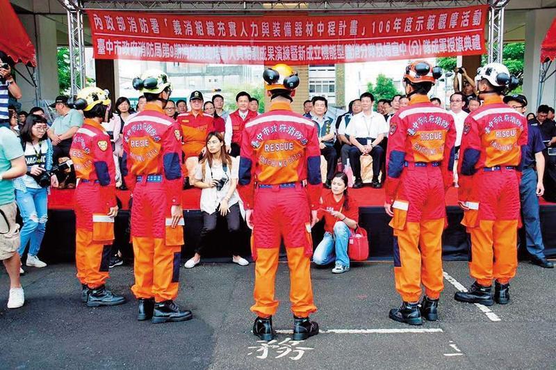 企業捐贈台中市消防局1000多套救助工作服,卻不具基本的防火功能。(翻攝臉書)