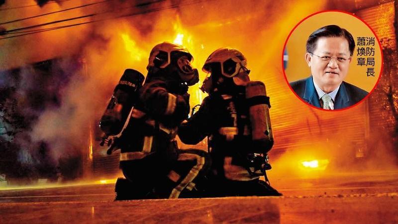火場通信攸關人命,但基層弟兄拒絕使用消防局長蕭煥章買的頭骨式無線電。(翻攝臉書)