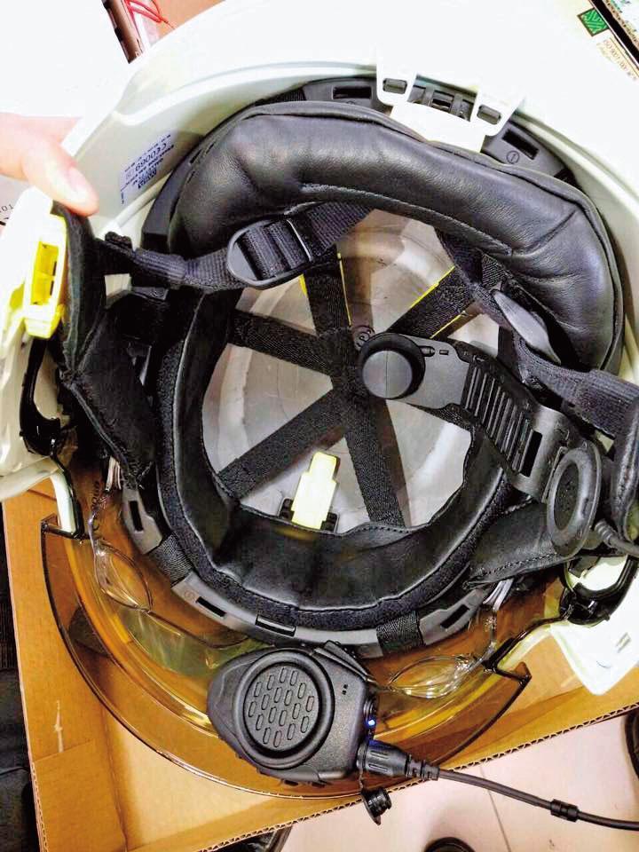 頭盔上必須裝設「頭骨式震動麥克風」「無線電發話器」,打火兄弟說,麥克風頂在天靈蓋上,很不舒服。